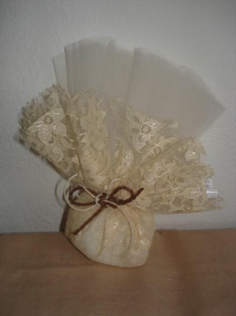 Σε μπομπονιέρα γάμου ρετρό πουγκί μικρό με ρεγιόν δαντέλα και τούλι