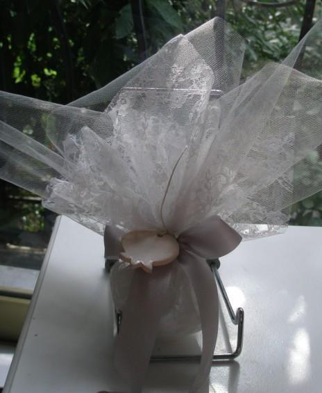 Μπομπονιέρα γάμου πουγκί δαντέλα ρεγιόν και δέσιμο ρόδι πορσελάνινο
