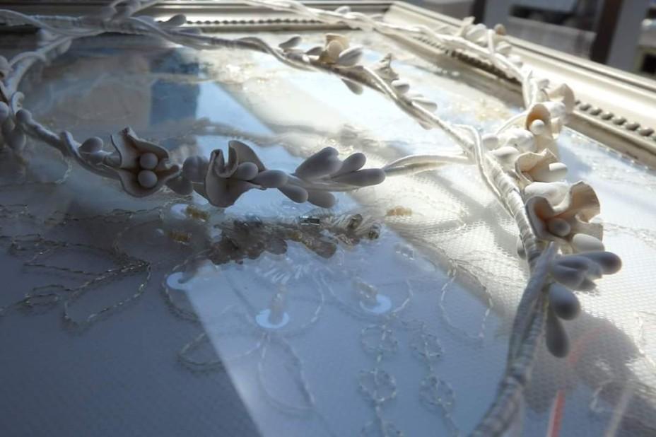 4ba3a4083847 Ρομαντικά στέφανα γάμου χειροποίητα με λουλούδια από δέρμα και  μπουμπουκάκια. Σετ στεφανοθήκη