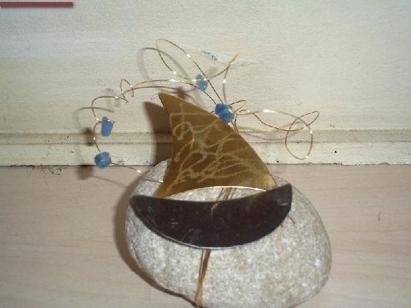 Μεταλλικό 2104 γούρι καραβάκι δεμένο σε πέτρα καλή τιμή ελληνικό.