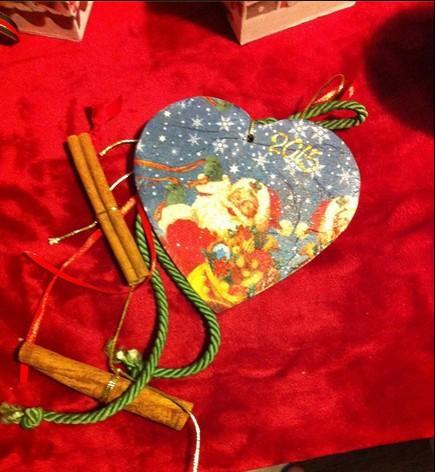Πρωτότυπη καρδιά κεραμική σε γούρι με κανέλες και θέμα Άγιο Βασίλη