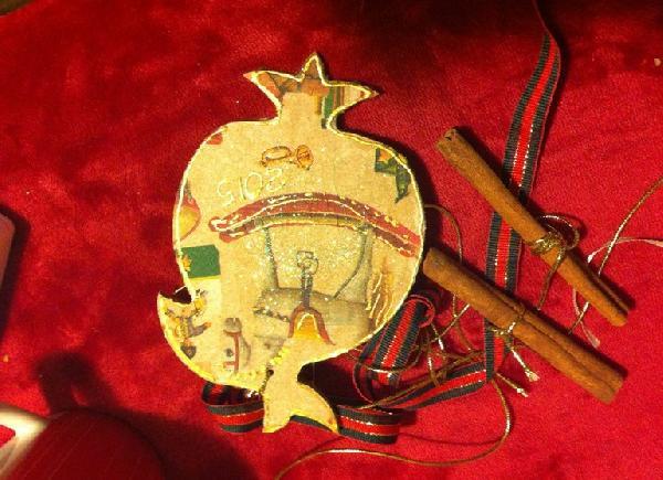 Εορταστικό δώρο κεραμικό γούρι με κανέλες σχέδιο decoupage καρουσέλ